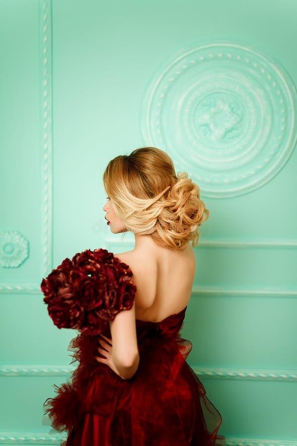 Belle femme blonde élégante sexy sur le sofa photos libres de droits
