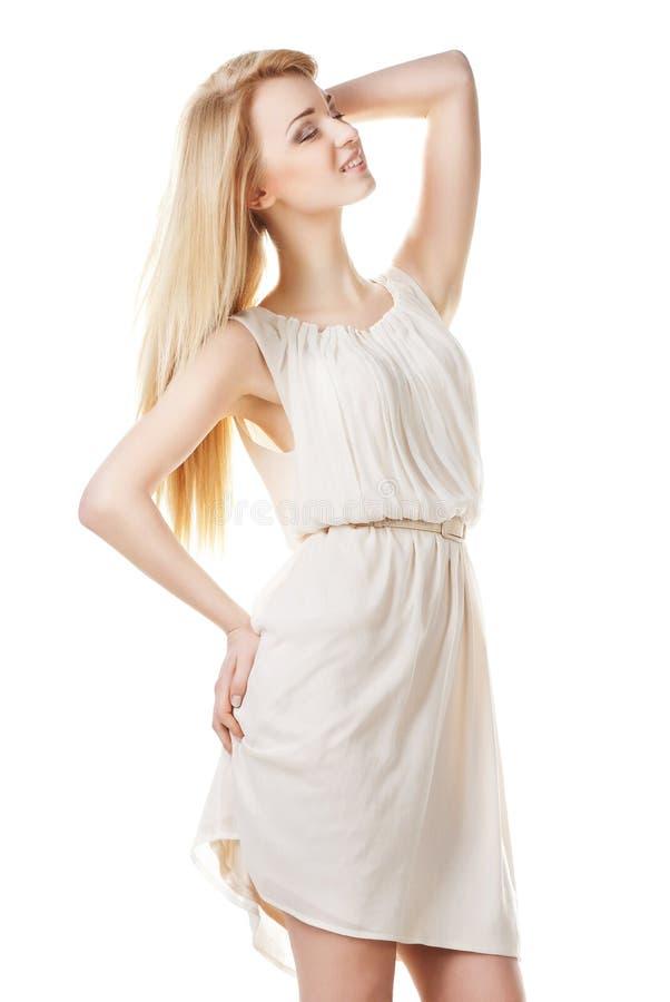Belle femme blonde avec le long cheveu sur le blanc photos libres de droits