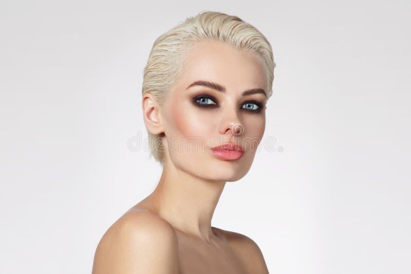 Belle femme blonde avec le maquillage fumeux d'oeil, l'espace de copie photos stock