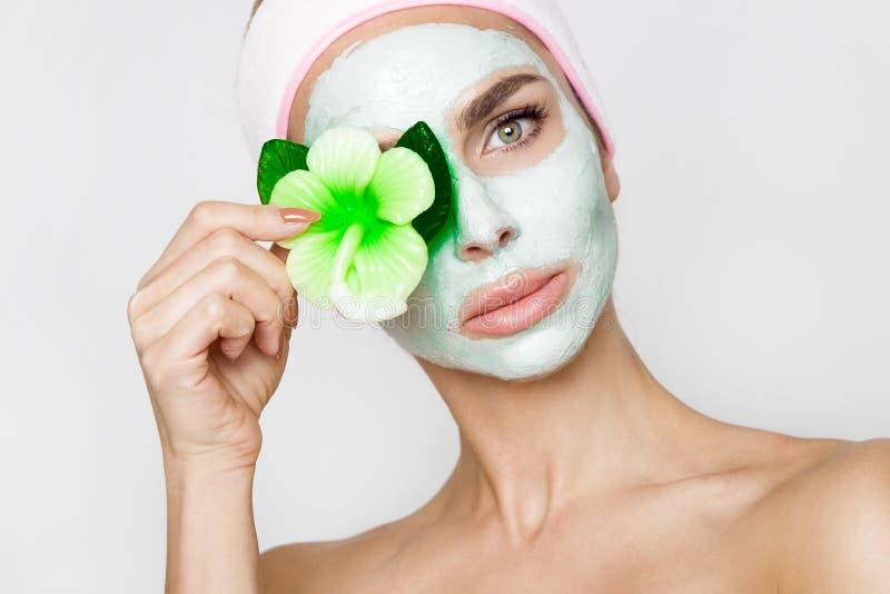 Belle femme blonde avec le masque protecteur hydraté Station thermale de beauté photo stock