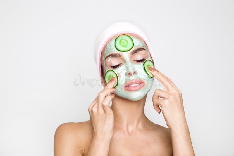 Belle femme blonde avec le masque protecteur hydraté Station thermale de beauté images stock