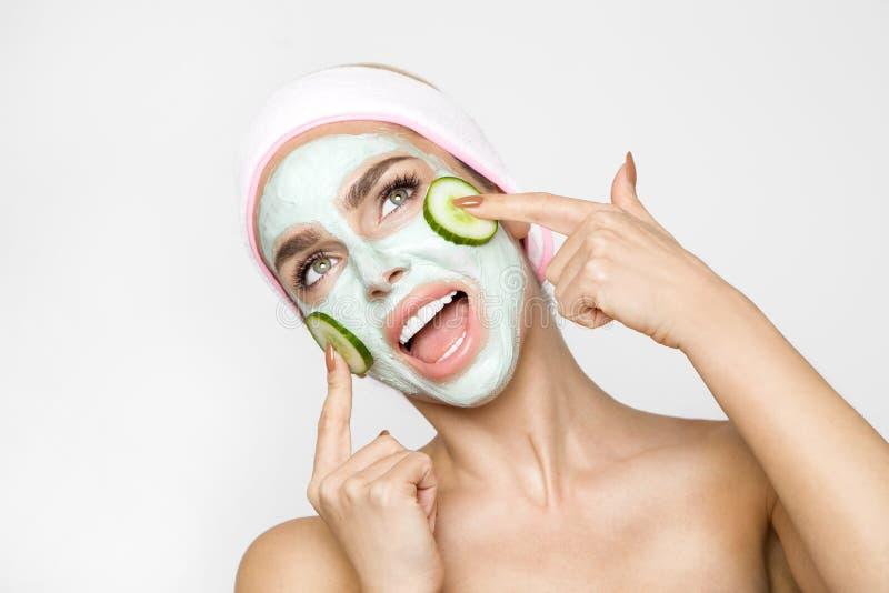Belle femme blonde avec le masque protecteur hydraté Station thermale de beauté image libre de droits