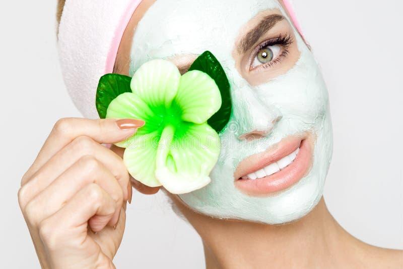 Belle femme blonde avec le masque protecteur hydraté Station thermale de beauté photos libres de droits