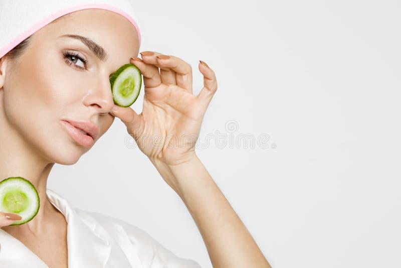 Belle femme blonde avec le masque protecteur hydraté Station thermale de beauté images libres de droits