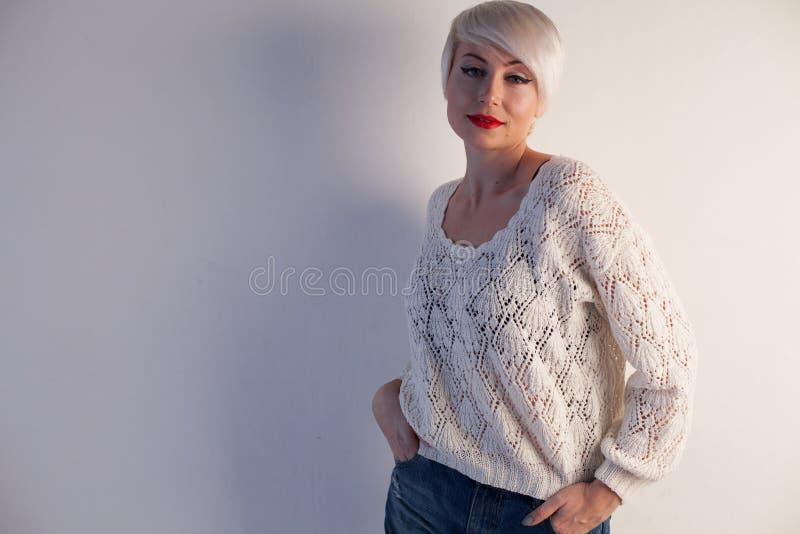 Belle femme blonde avec le portrait court de mode de livre images stock