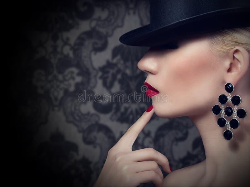 Belle femme blonde avec les lèvres et la manucure rouges photos stock