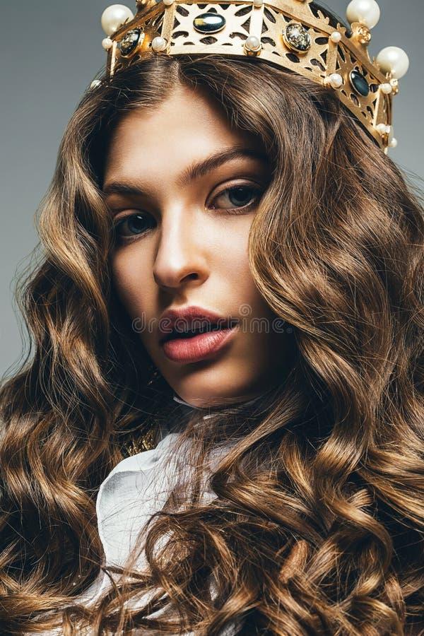 Belle femme blonde dans la couronne d'or photos libres de droits