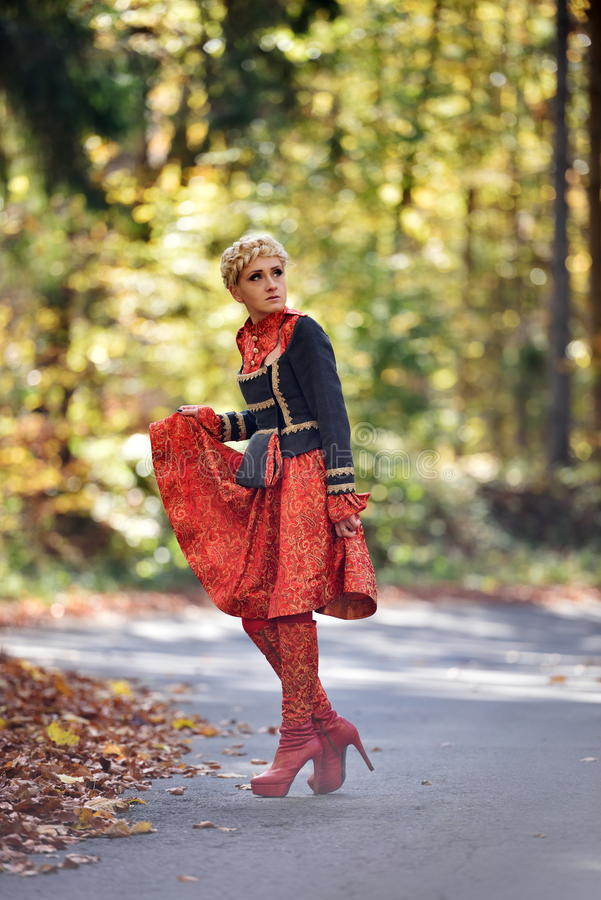 Download Belle Femme Blonde Dans La Forêt D'automne Photo stock - Image du mode, stationnement: 56484712