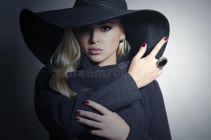 Belle femme blonde dans le manteau de Hat.Spring photos stock