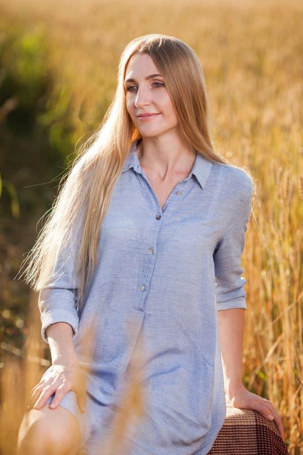 Belle femme blonde de Moyen Âge dehors image libre de droits