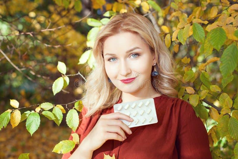 Belle femme blonde en parc d'automne image libre de droits