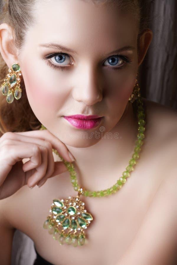 Belle femme blonde en vert photos libres de droits