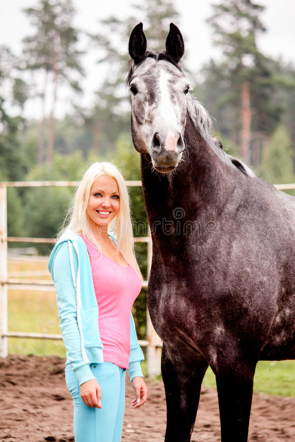 Belle femme blonde et cheval gris dans la for t image stock image du stable rural 62553827 - Blond gris femme ...