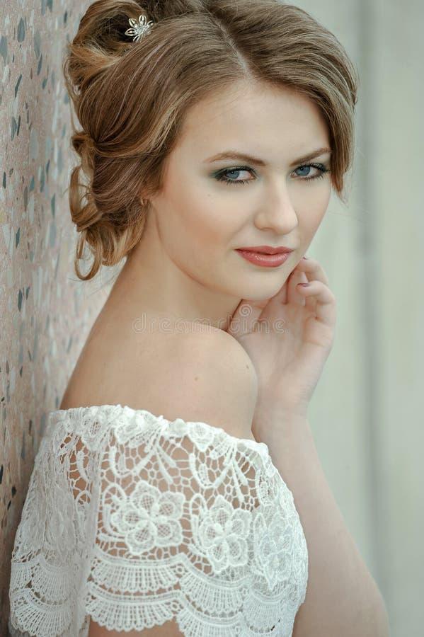 Belle femme blonde foncée avec le maquillage lumineux et la coiffure romantique créative images stock