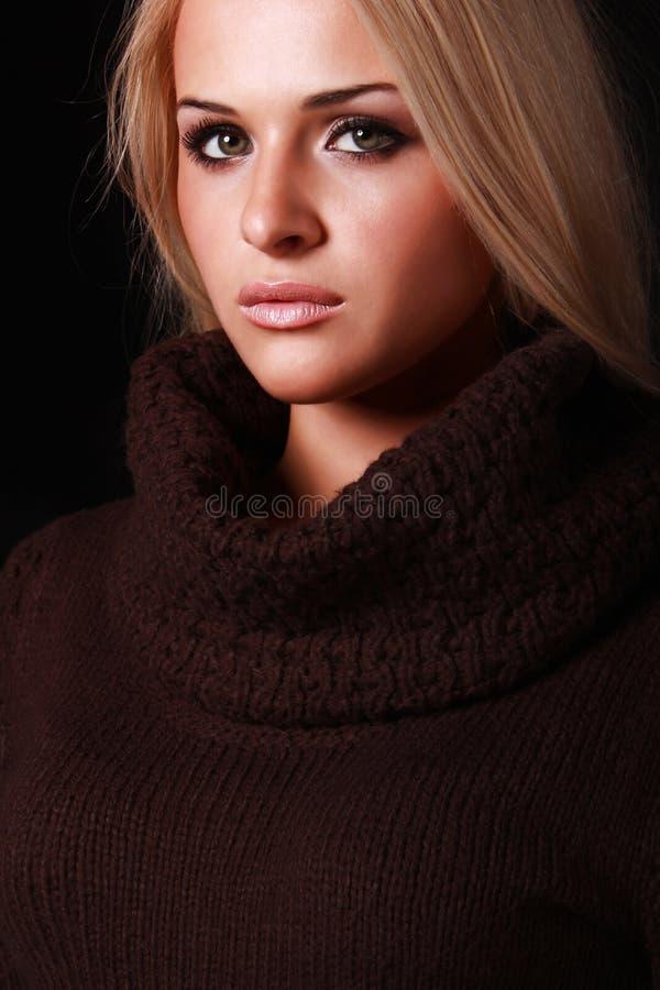Belle femme blonde. fond noir photo libre de droits