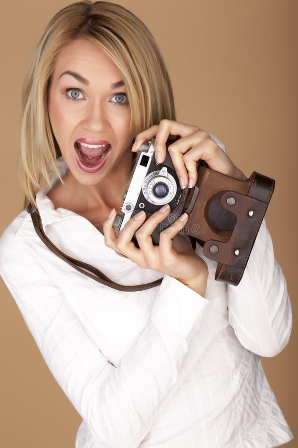 Belle femme blonde prenant des photographies photos stock
