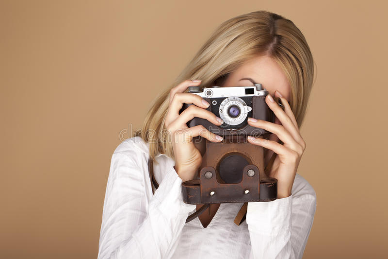 Belle femme blonde prenant des photographies images stock