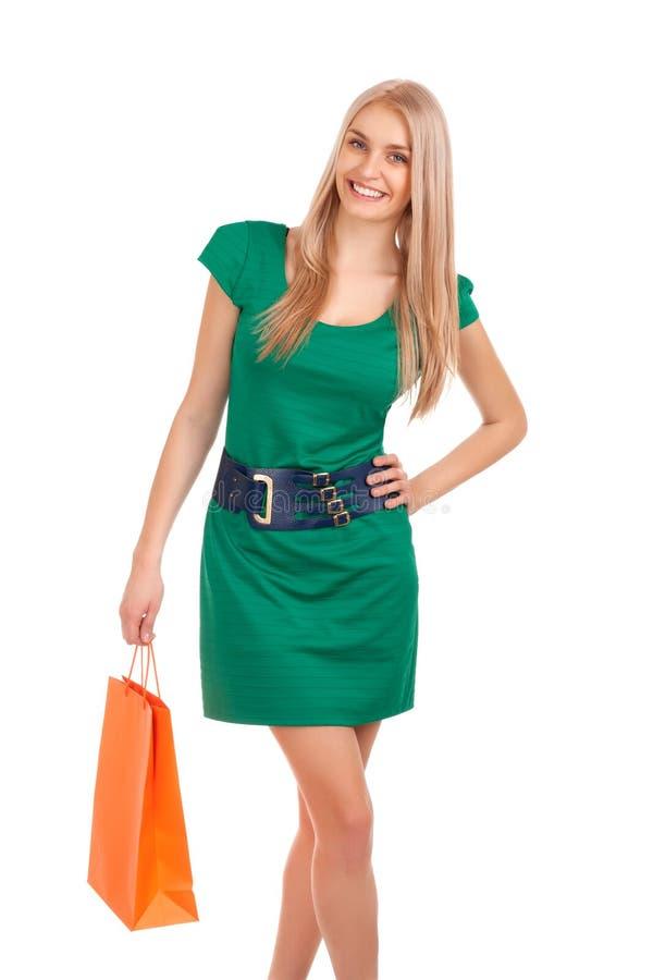 Belle femme blonde retenant le sac à provisions photo libre de droits