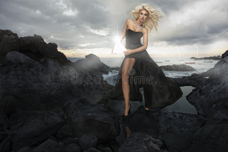Belle femme blonde sensuelle image stock