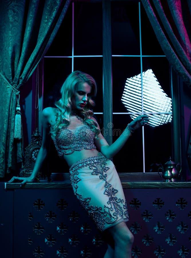 Belle femme blonde sexy dans la boîte de nuit, partie fascinante image stock