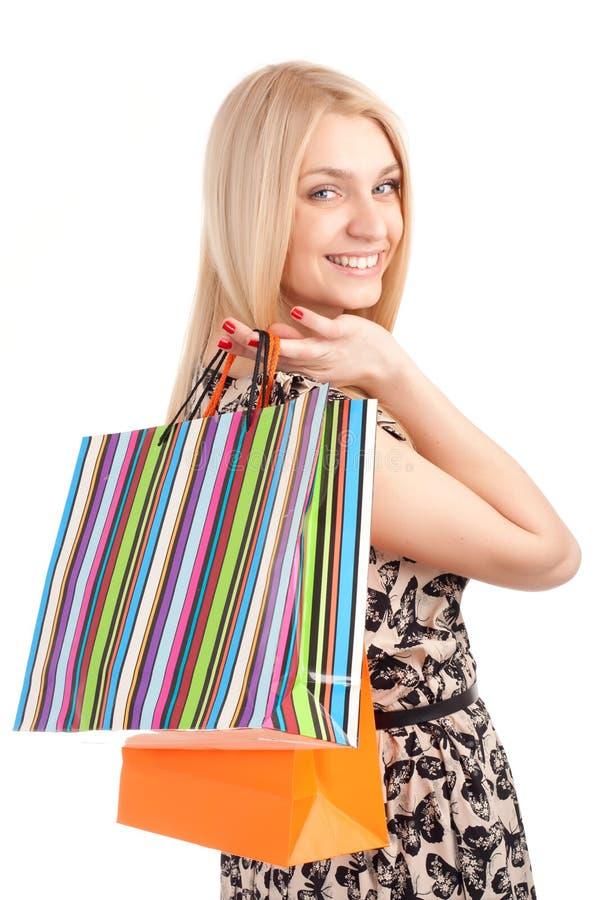 Belle femme blonde tenant des sacs à provisions photo stock