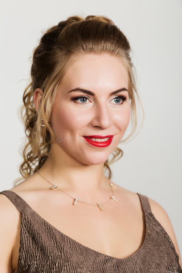 Belle femme bouclée avec le portrait rouge de lèvres sur un fond clair photos libres de droits