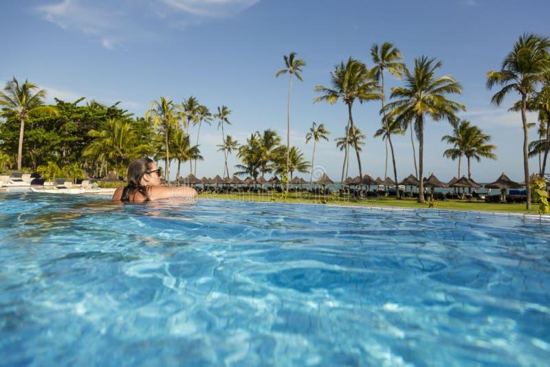 Belle femme brésilienne appréciant des vacances de vacances à une piscine image libre de droits