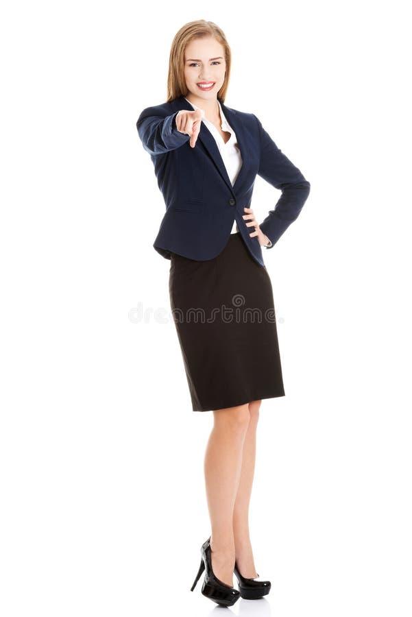 Belle femme caucasienne d'affaires se dirigeant sur vous. photographie stock libre de droits