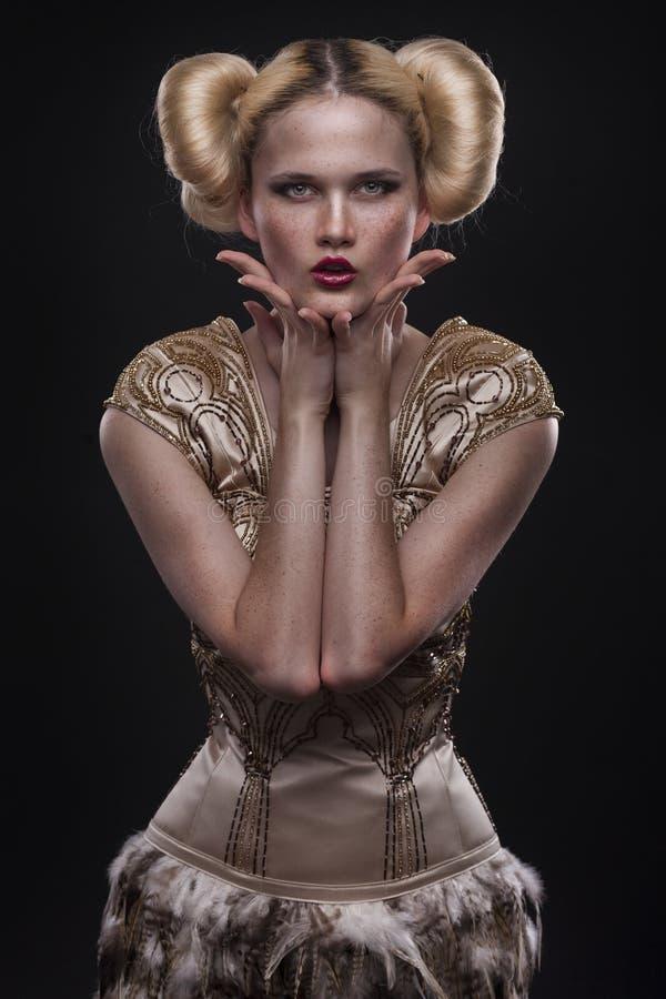 Belle femme caucasienne dans la robe magnifique photo libre de droits