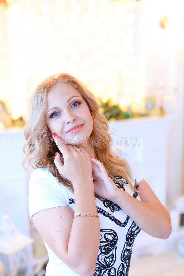Belle femme caucasienne portant ayant le maquillage et les clous rouges photographie stock