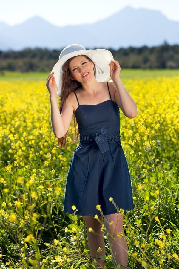 Belle femme chic faisant un tour dans le pays. images libres de droits