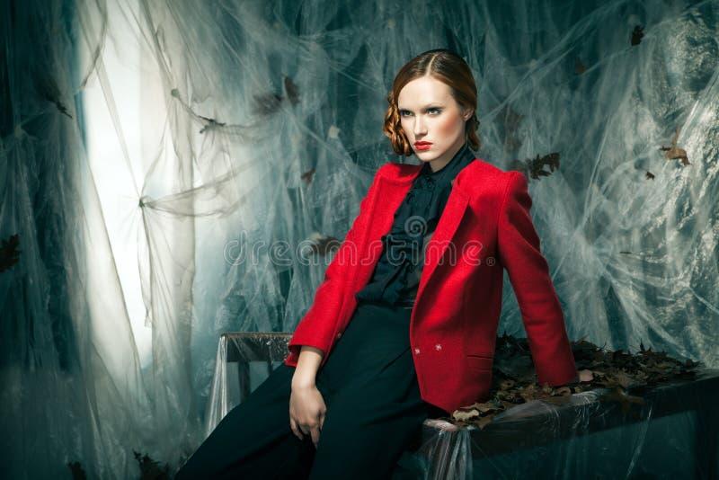 Belle femme contre la décoration d'automne. Mode photos libres de droits