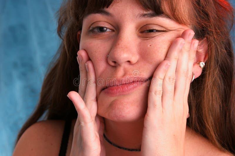 Belle femme déformant le visage photographie stock libre de droits