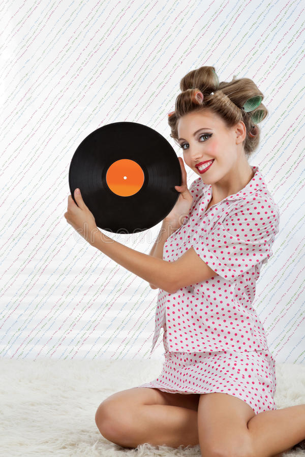 Belle femme détenant le disque vinyle images libres de droits