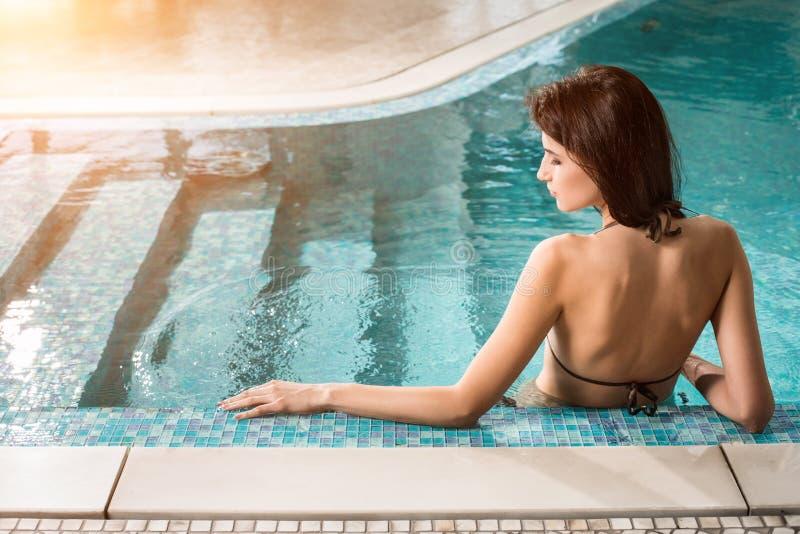 Belle femme détendant au poolside de luxe Fille à la piscine de station thermale de voyage images stock