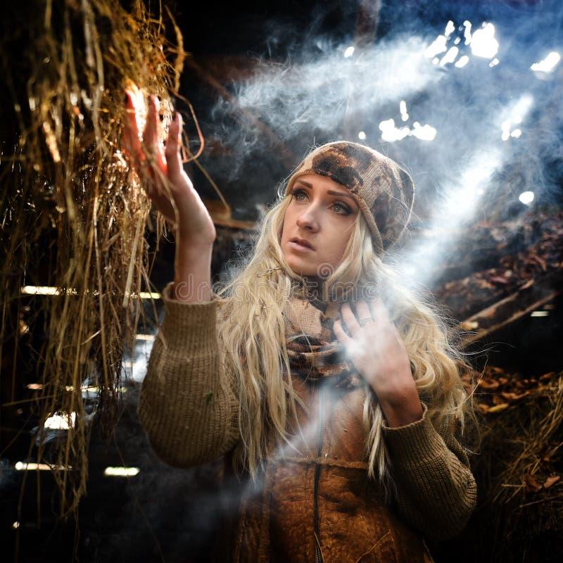 Download Belle Femme Détendant En Paille En Automne Dans La Chambre Fumeuse Image stock - Image du attrayant, campagne: 56483585