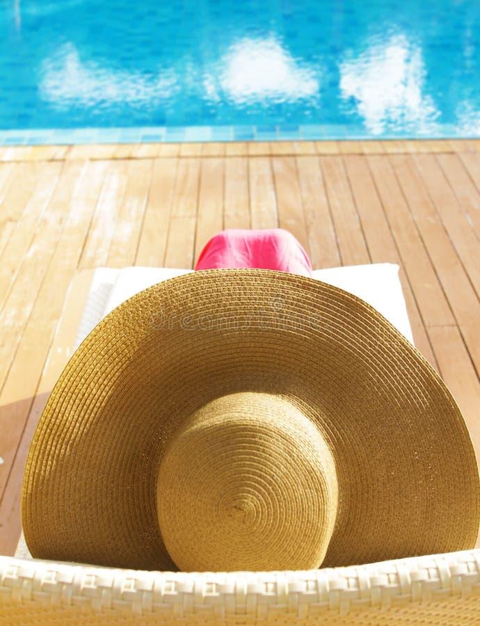 Belle femme détendant près de la piscine images libres de droits