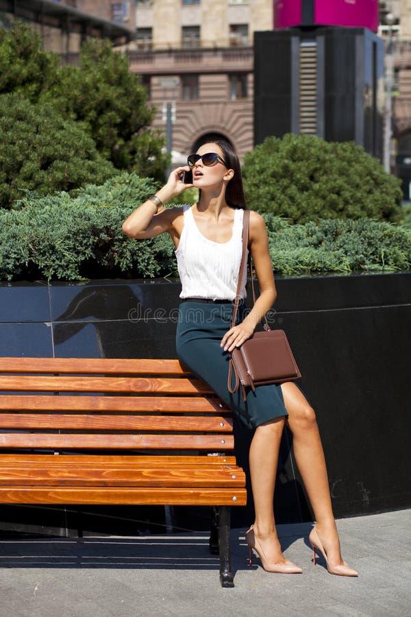 Belle femme d'affaires appelant par le téléphone photographie stock