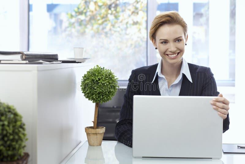 Belle femme d'affaires avec l'ordinateur portatif photographie stock libre de droits