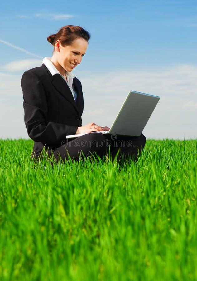 Belle femme d'affaires avec l'ordinateur portatif images stock