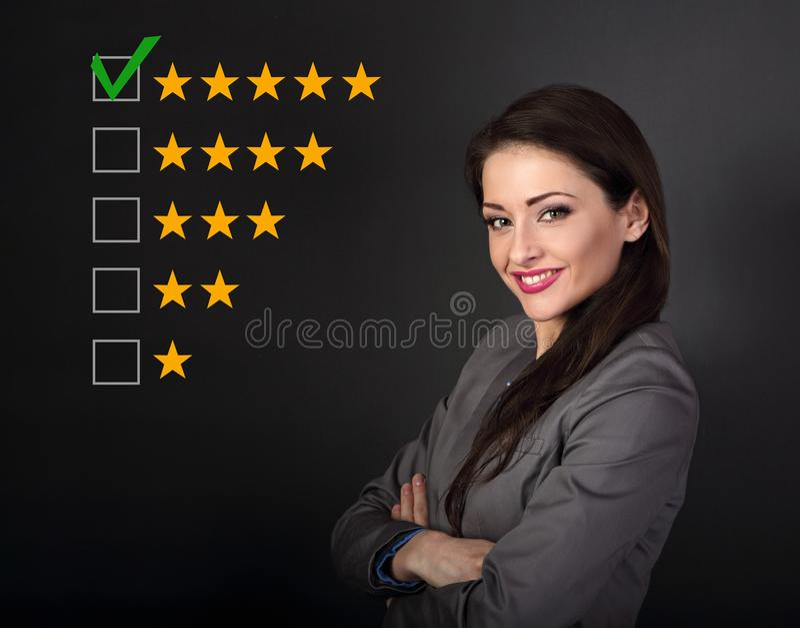 Belle femme d'affaires dans le costume gris semblant heureux avec plié photographie stock libre de droits