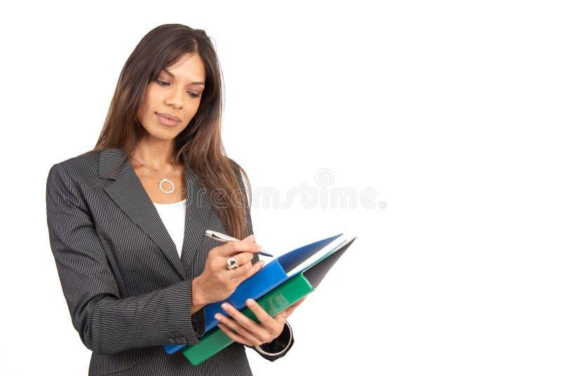 Belle femme d'affaires de brunette avec des dépliants photographie stock