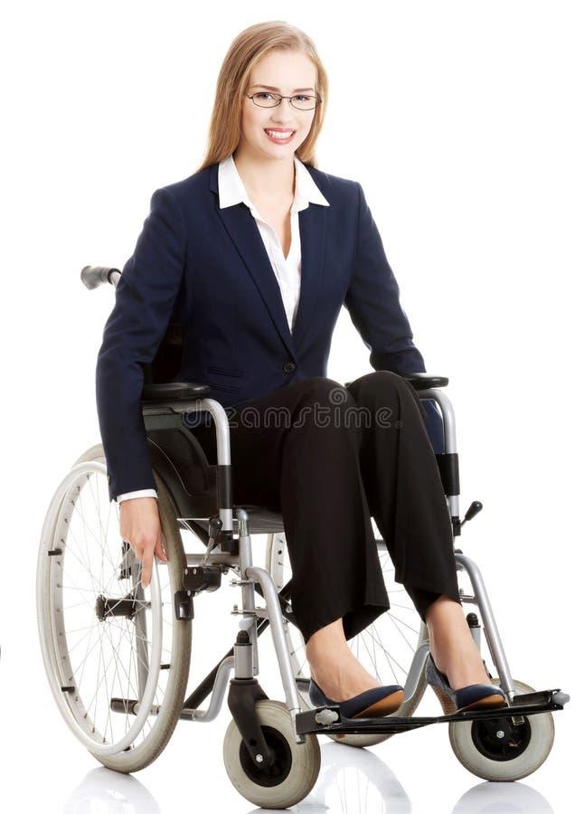 Belle femme d'affaires de caucasain s'asseyant sur le fauteuil roulant. images stock