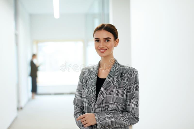 Belle femme d'affaires en portrait de bureau images stock