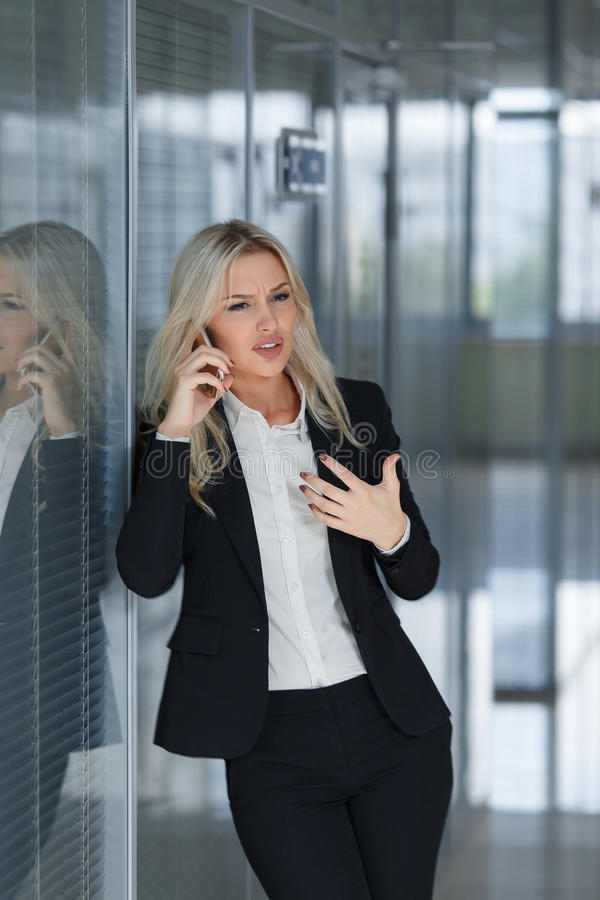 Belle femme d'affaires fâchée et parlante au téléphone, tir de concept de directeur de bureau photos libres de droits