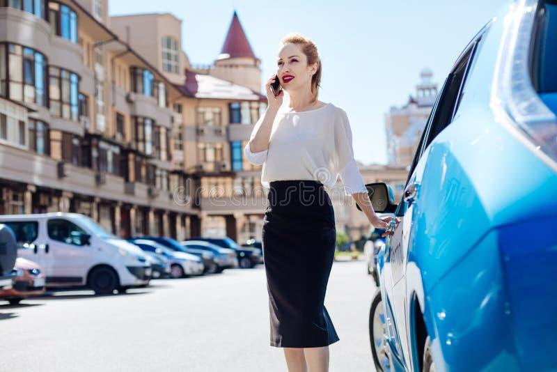 Belle femme d'affaires futée ayant une conversation téléphonique photos libres de droits