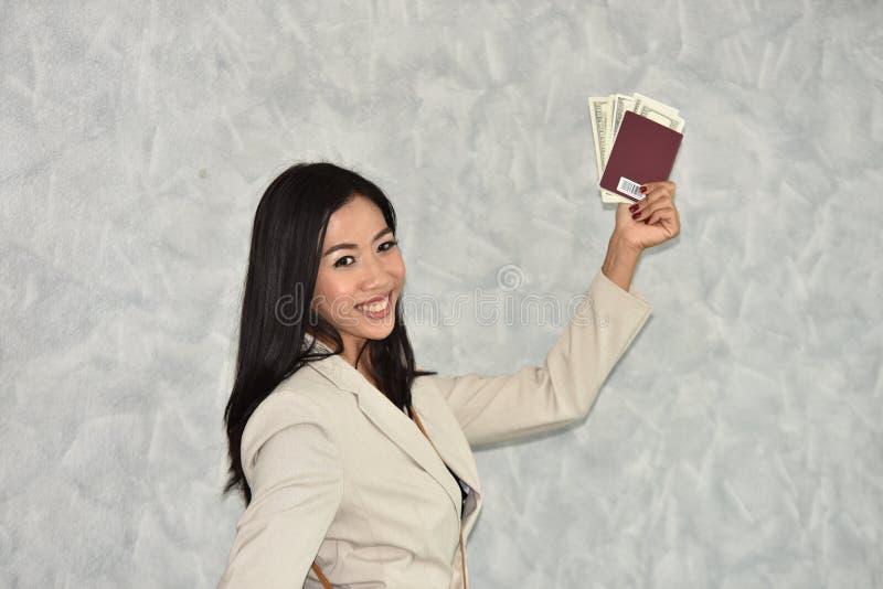 Belle femme d'affaires prête à voyager à l'étranger photo stock