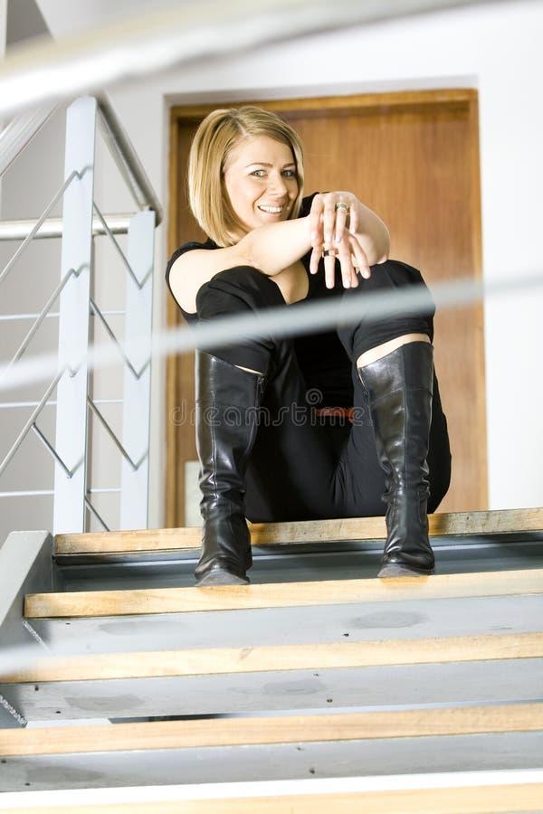 Belle femme d'affaires s'asseyant sur des escaliers images libres de droits