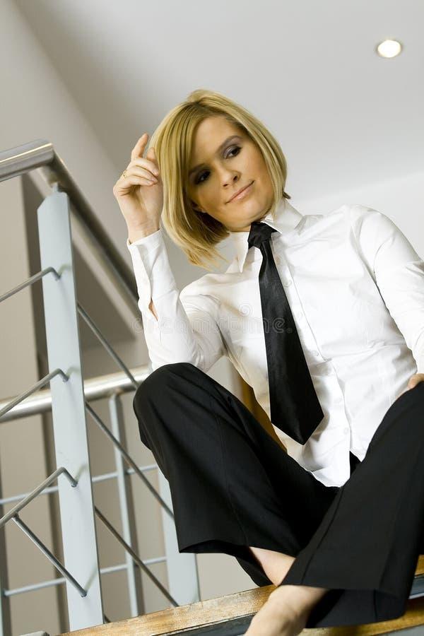Belle femme d'affaires s'asseyant sur des escaliers image stock