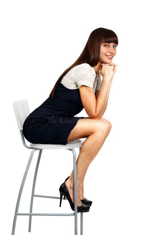 Belle femme d'affaires s'asseyant sur la présidence photographie stock libre de droits